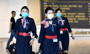 Azafatas de China Eastern Airlines con máscaras a su llebada a Brisbane, Australia, esta mañana.
