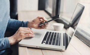 Usuario con laptop y celular