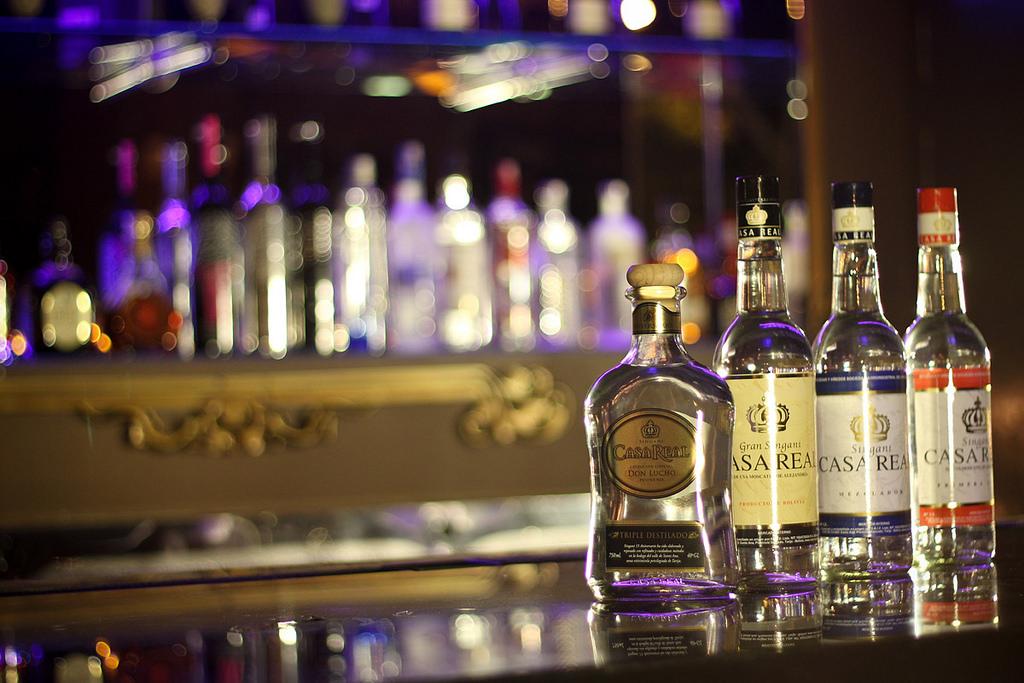 Casa Real deja de producir singani para fabricar alcohol sanitizador