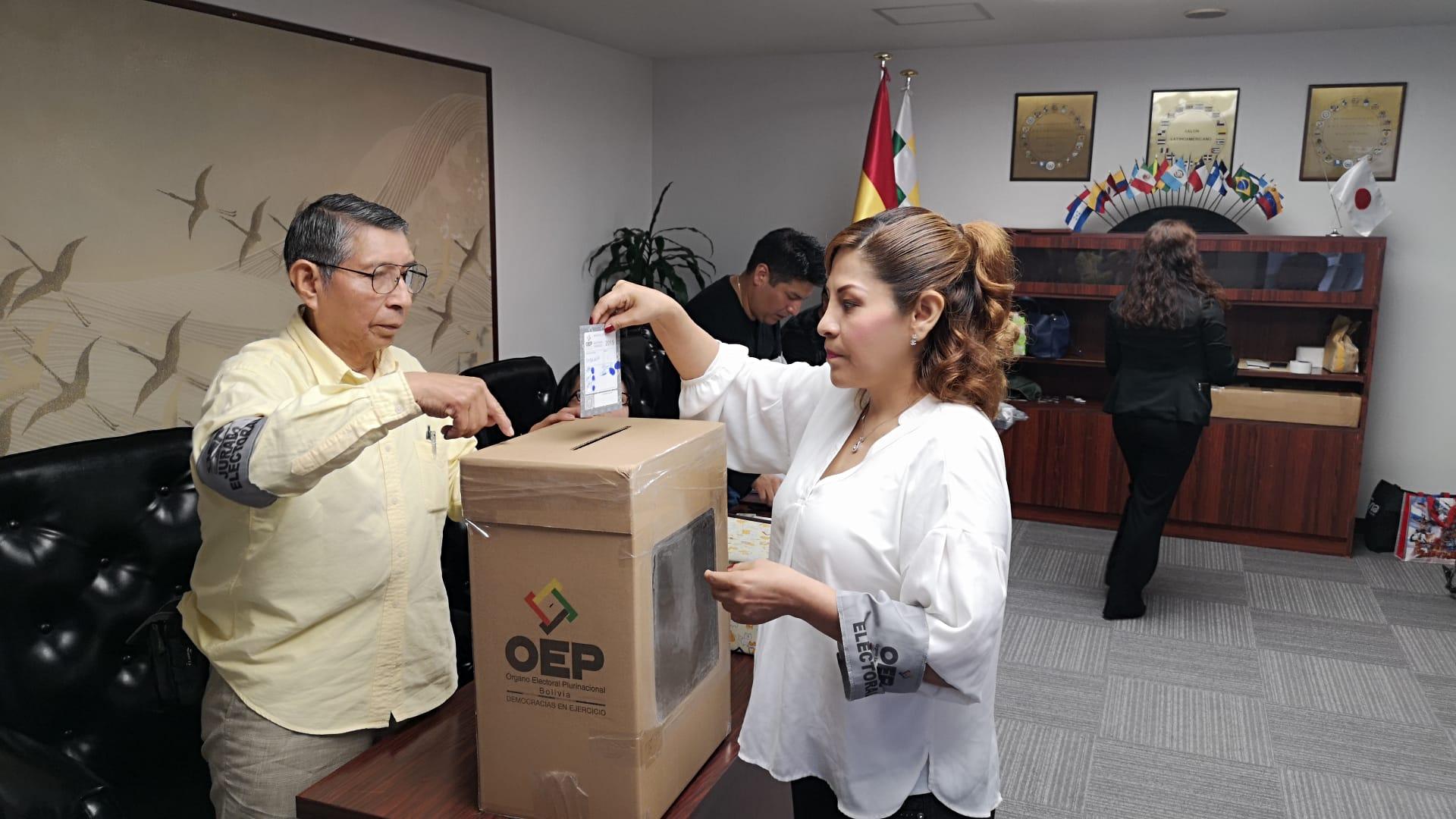 Bolivianos en el exterior exigen a Salvador Romero garantizar su voto