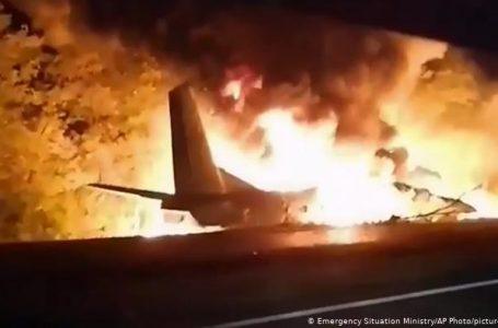 Al menos 22 personas mueren al estrellarse un avión militar en Ucrania