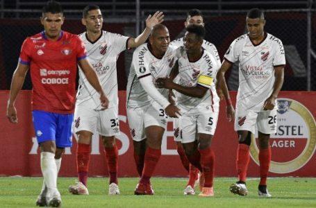 El Paranaense remonta y amarga el retorno del futbol en el país