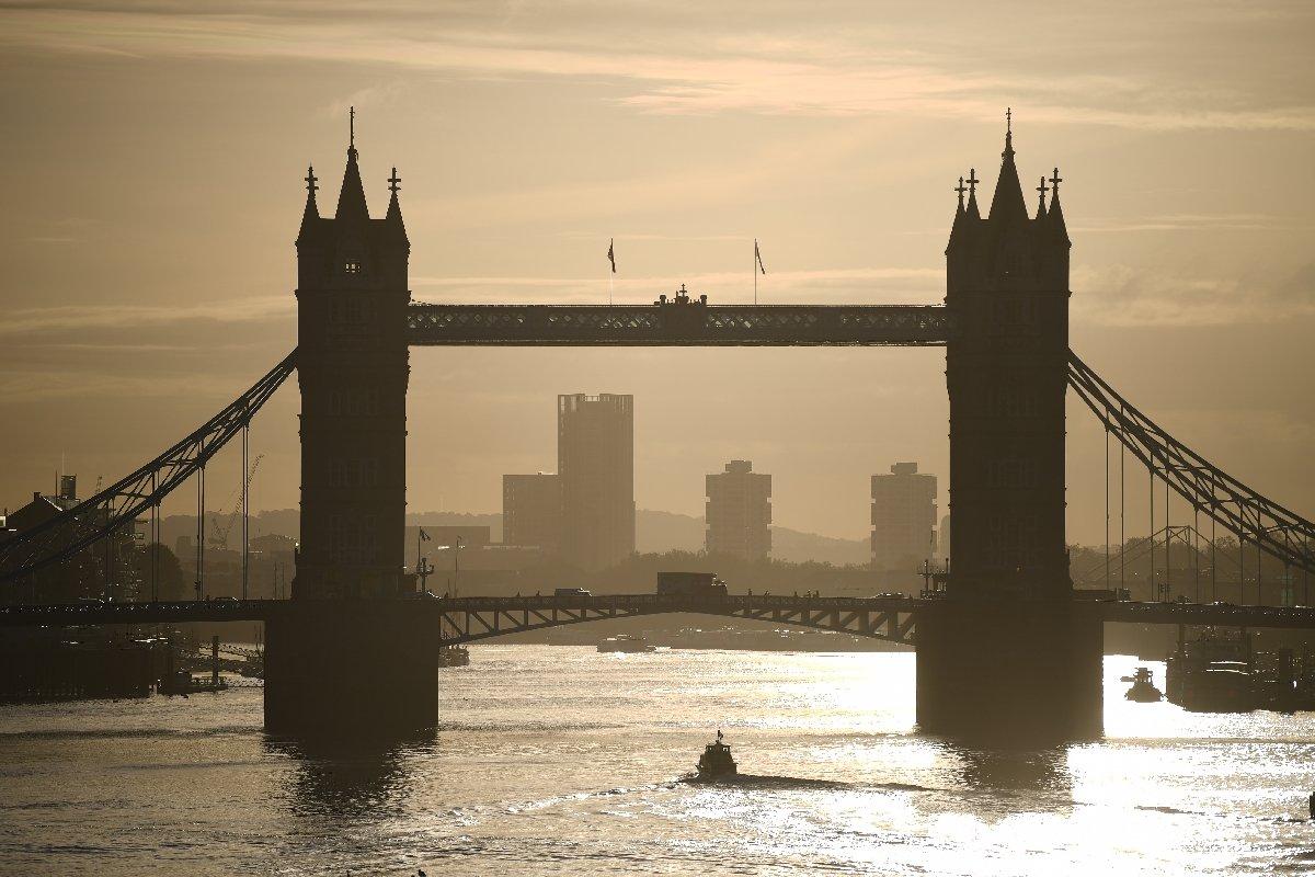 En Londres prohíben las reuniones en espacios cerrados para frenar la pandemia