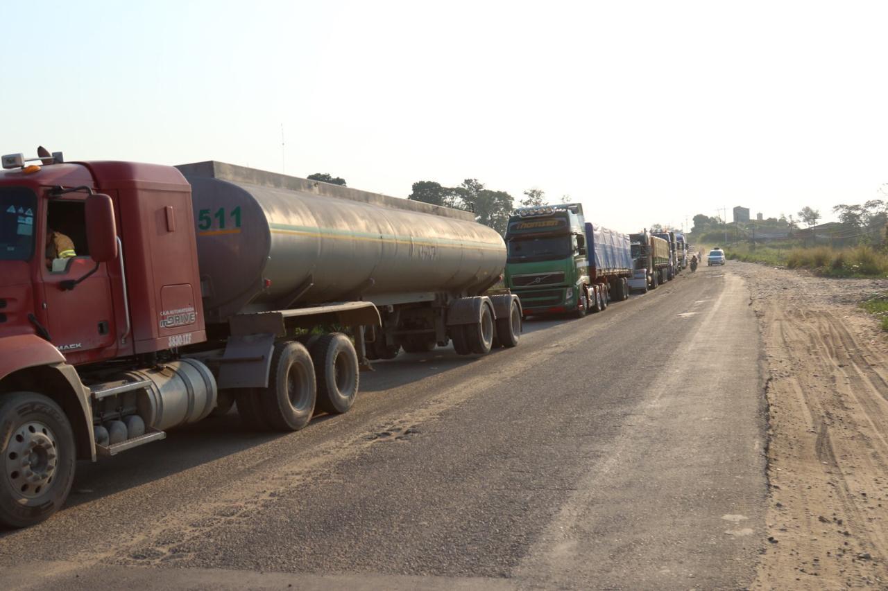Transportistas mantienen bloqueada la ruta a Cochabamba, aguardan al director de la ABC