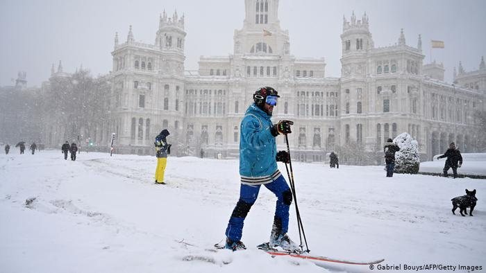 España: Madrid sigue paralizada pero da señales de movilidad
