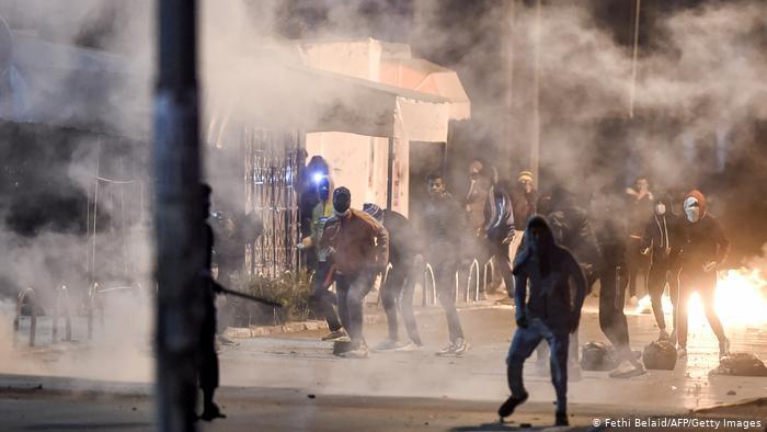 Tercera noche de disturbios en Túnez con cientos de detenidos