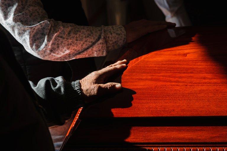 Después de asistir al funeral de un tío lejano, 16 integrantes de la misma familia murieron por COVID-19