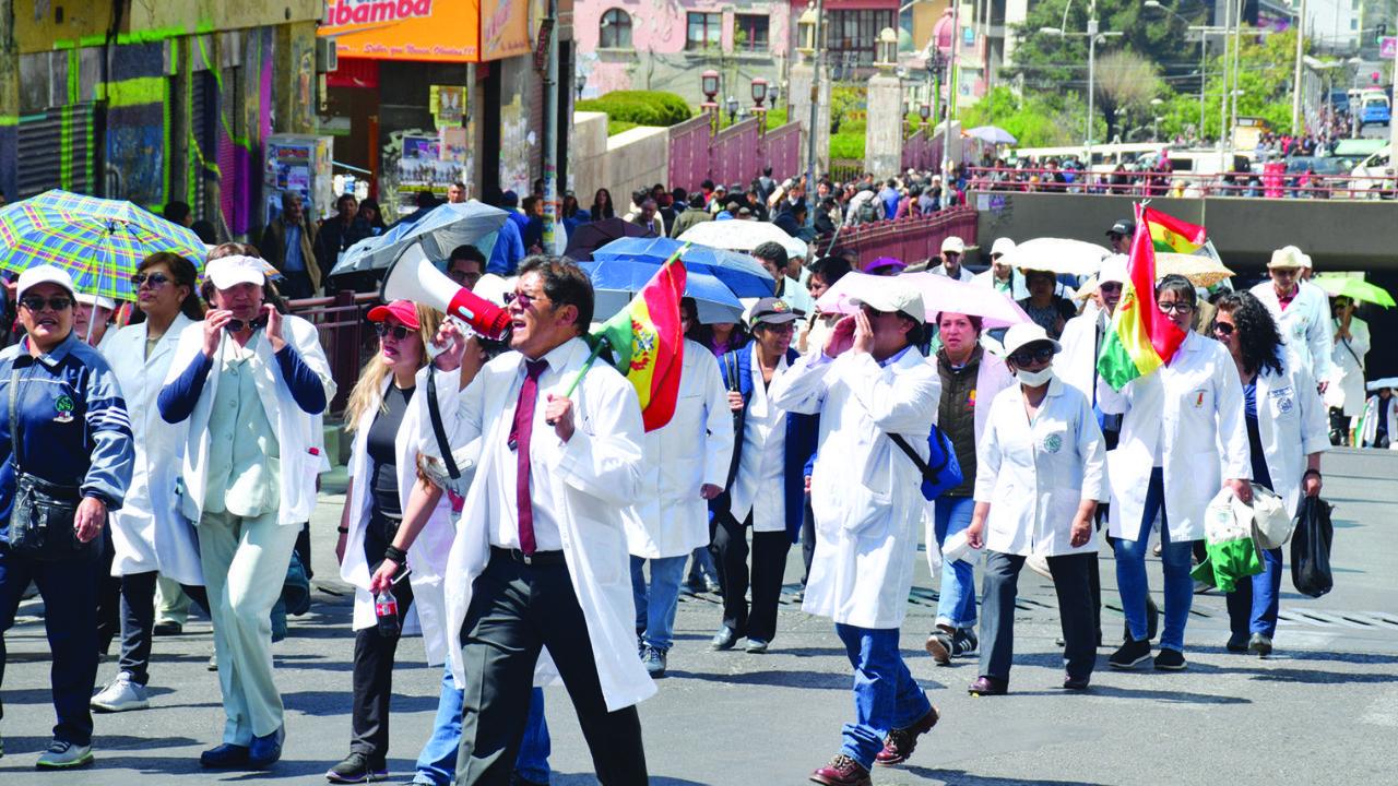 Médicos inician paro nacional en rechazo a la Ley de Emergencia Sanitaria
