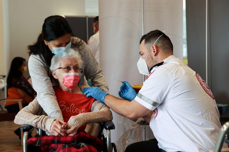 Un estudio concluyó que la reinfección por COVID-19 es más común en mayores de 65 años
