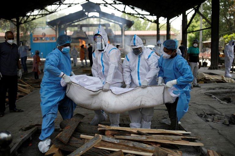 La ola de coronavirus en India no tiene techo: casi 300 mil nuevos casos y más de dos mil muertes en un día