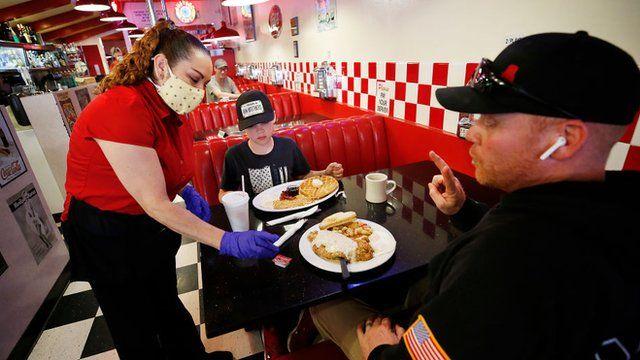 Por qué muchos negocios en Estados Unidos no encuentran empleados para cubrir sus vacantes