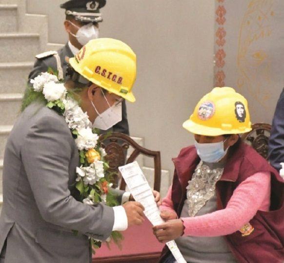 Rige seguro de Bs 150 para obreros de la construcción