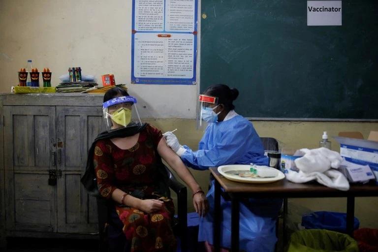 """La OMS aseguró que las vacunas disponibles son eficaces contra """"todas las variantes"""" del COVID-19"""