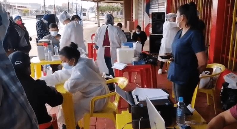 En Riberalta se vacuna sin restricciones de edad y con hamburguesas de regalo
