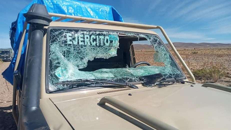En La Paz los 'chuteros' emboscan, apedrean y quitan armamento militar a una patrulla anticontrabando