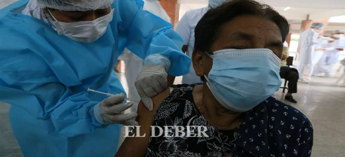 Surgen críticas al plan de vacunación del Gobierno; Iglesia pide acelerar la compra de dosis